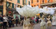 Trampolieri in giro per il centro di Bologna