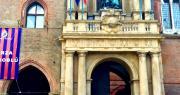 striscione esposto sulla facciata di palazzo comunale