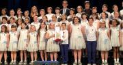 Foto di gruppo piccolo coro con il sindaco e il premio nettuno d'oro