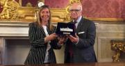 La vicesindaco Marilena Pillati consegna la Turrita d'Argento a Francesco Amante in Sala Rossa a Palazzo d'Accursio