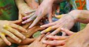 mani colorate che si intrecciano per le nuove proposte bambini con disabilità