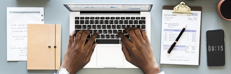 Lavoratore al computer
