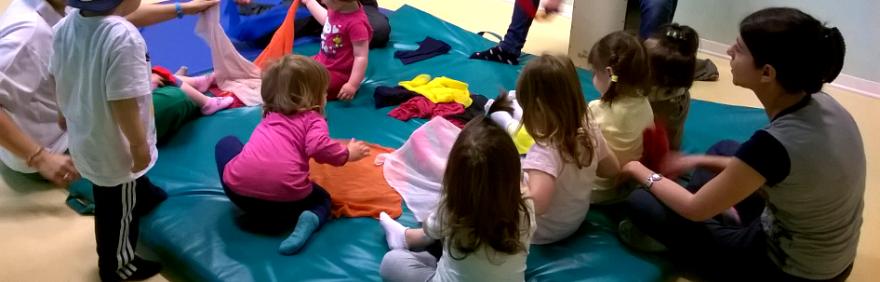 Attività a scuola bambini-educatrici