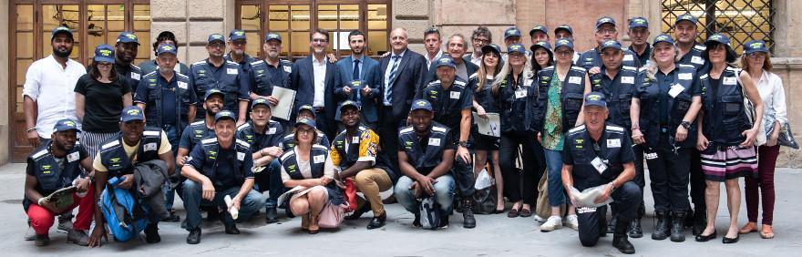 foto di gruppo sindaco Merola e assistenti civici
