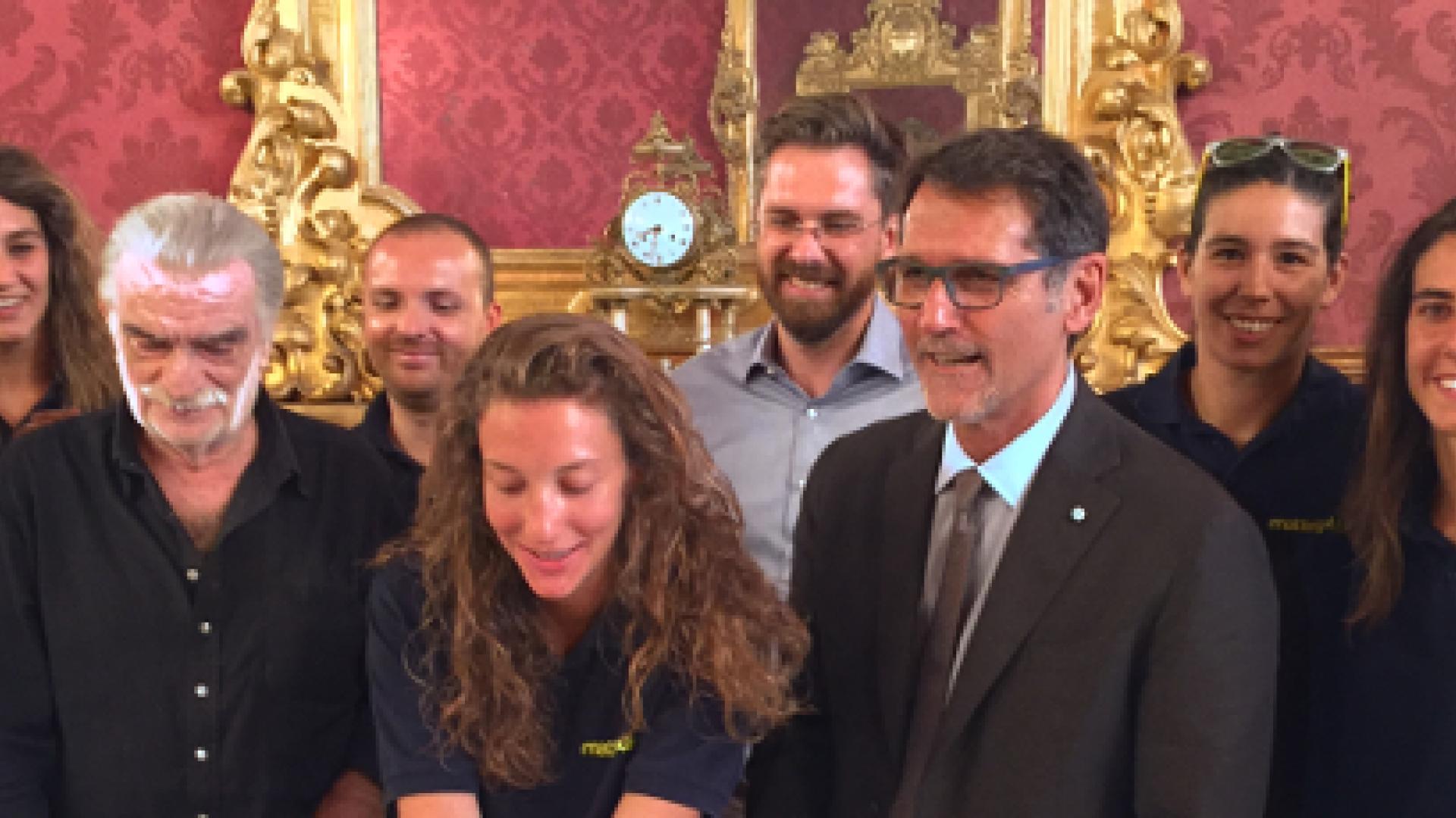 Il Sindaco Merola, l'assessore allo Sport Lepore assieme alle giocatrici della MatteiPlast