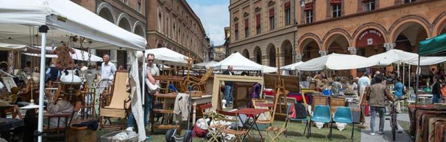 Foto del mercato antiquario Città di Bologna in piazza Santo Stefano