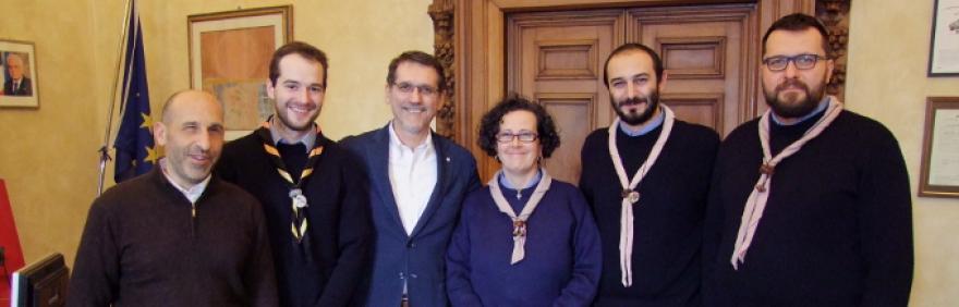 Foto di gruppo per firma patto di collaborazione Agesci-Comune