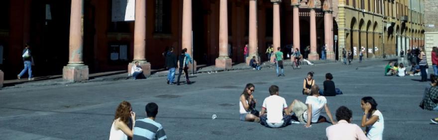 persone sedute in piazza Verdi