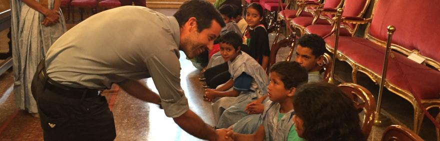 Assessore Lombardo stringe le mani ai bimbi del Saharawi