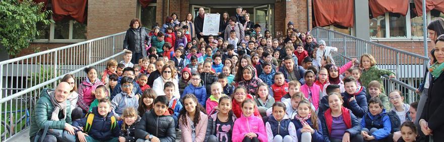 foto di gruppo siamo nati per camminare studenti fuori dalle scuole Garibaldi