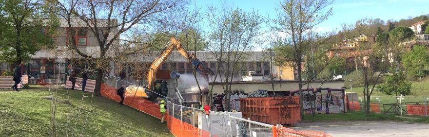 Pinza frammentatrice demolisce ex scuole Carracci
