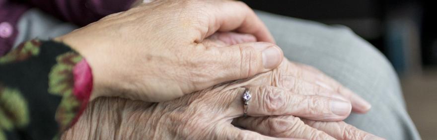 caregiver prendersi cura di persone non autosufficienti