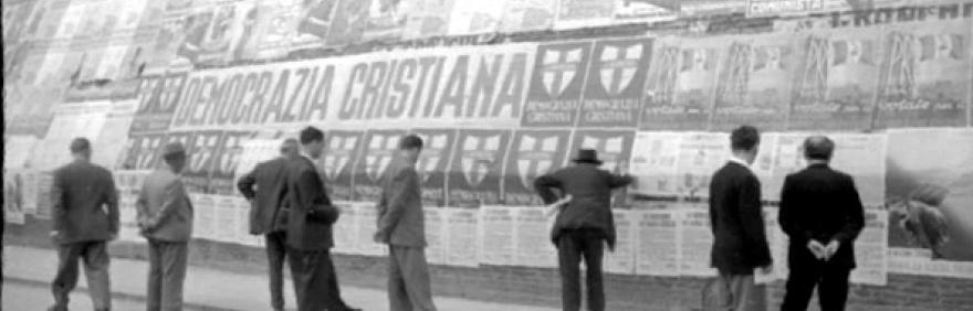 immagine storica di Palazzo d'Accursio con manifesti elettorali