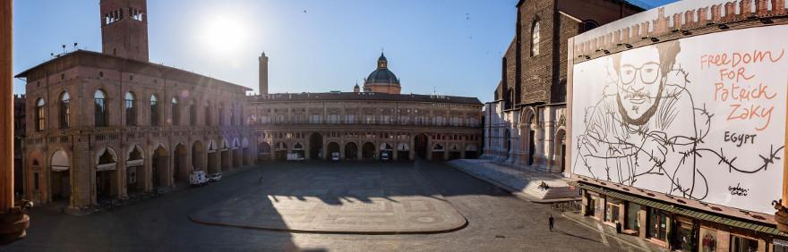 panoramica piazza maggiore con cartellone Patrick Zaki