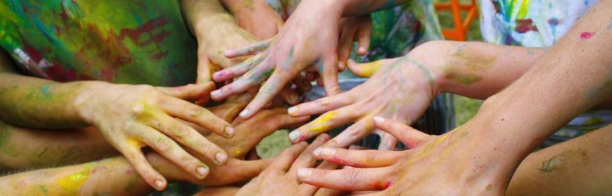 mani colorate che si intrecciano per le nuove proposte estive per adolescenti con disabilità