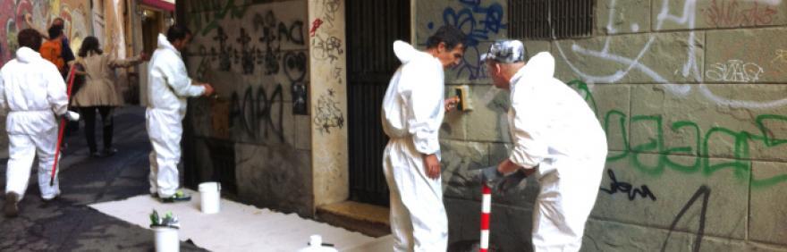 volontari puliscono muri