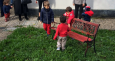 bambini giocano con la panchina rossa