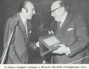 Renato Zangheri consegna l'Archiginnasio d'oro a Riccardo Bacchelli