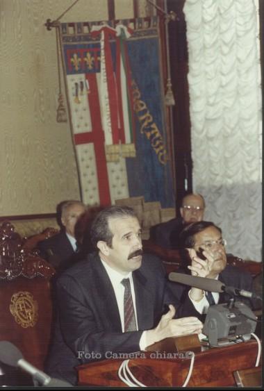 Il sindaco Renzo Imbeni alla cerimonia di conferiemtno del premio Nettuno d'oro alla Brigata Majella  -  Gabinetto del sindaco, 1991