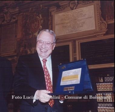 Renzo Canestrari mostra il premio Archiginnasio d'oro