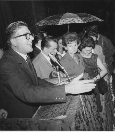 Il sindaco Guido Fanti con l'astronauta russa Valentina Tereskova, Bologna 12 settembre 1967.
