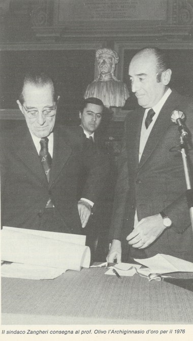 Renato Zangheri consegna l'Archiginnasio d'oro al Oliviero Mario Olivo - Boologna notizie, 1981