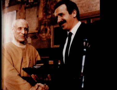 Il Sindaco Renzo Imbeni conferisce l'Archiginnasio d'oro a Don Giuseppe Dossetti, Bologna 22 febbraio 1986.